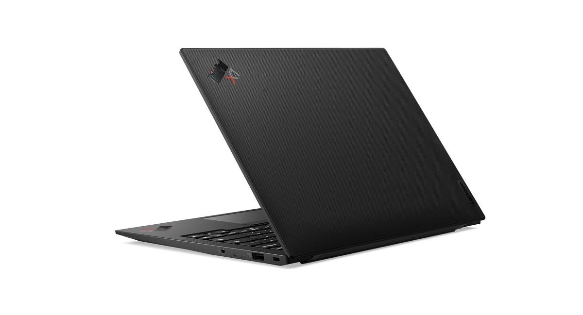 Laptop cao cấp ThinkPad X1 Carbon Gen 9: hiệu suất cao, kết nối 5G và bảo mật toàn diện - 07 X1 Carbon G9 Hero Rear Facing Left CARBON edited