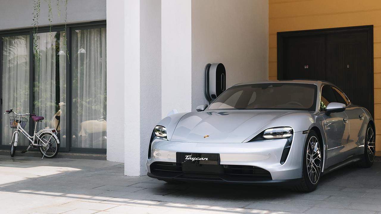 Những chiếc ô tô điện Porsche Taycan đầu tiên đã lăn bánh trên đường phố Việt Nam - PAP21 0107 fine