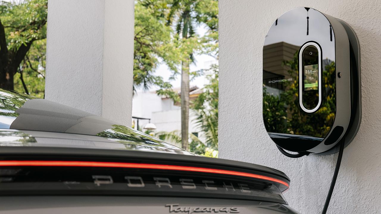 Những chiếc ô tô điện Porsche Taycan đầu tiên đã lăn bánh trên đường phố Việt Nam - PAP21 0108 fine
