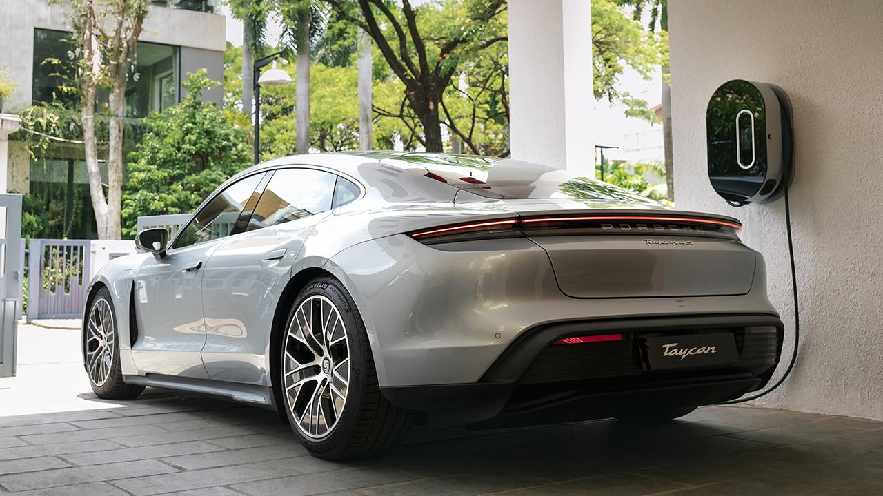 Những chiếc ô tô điện Porsche Taycan đầu tiên đã lăn bánh trên đường phố Việt Nam - PAP21 0109 fine