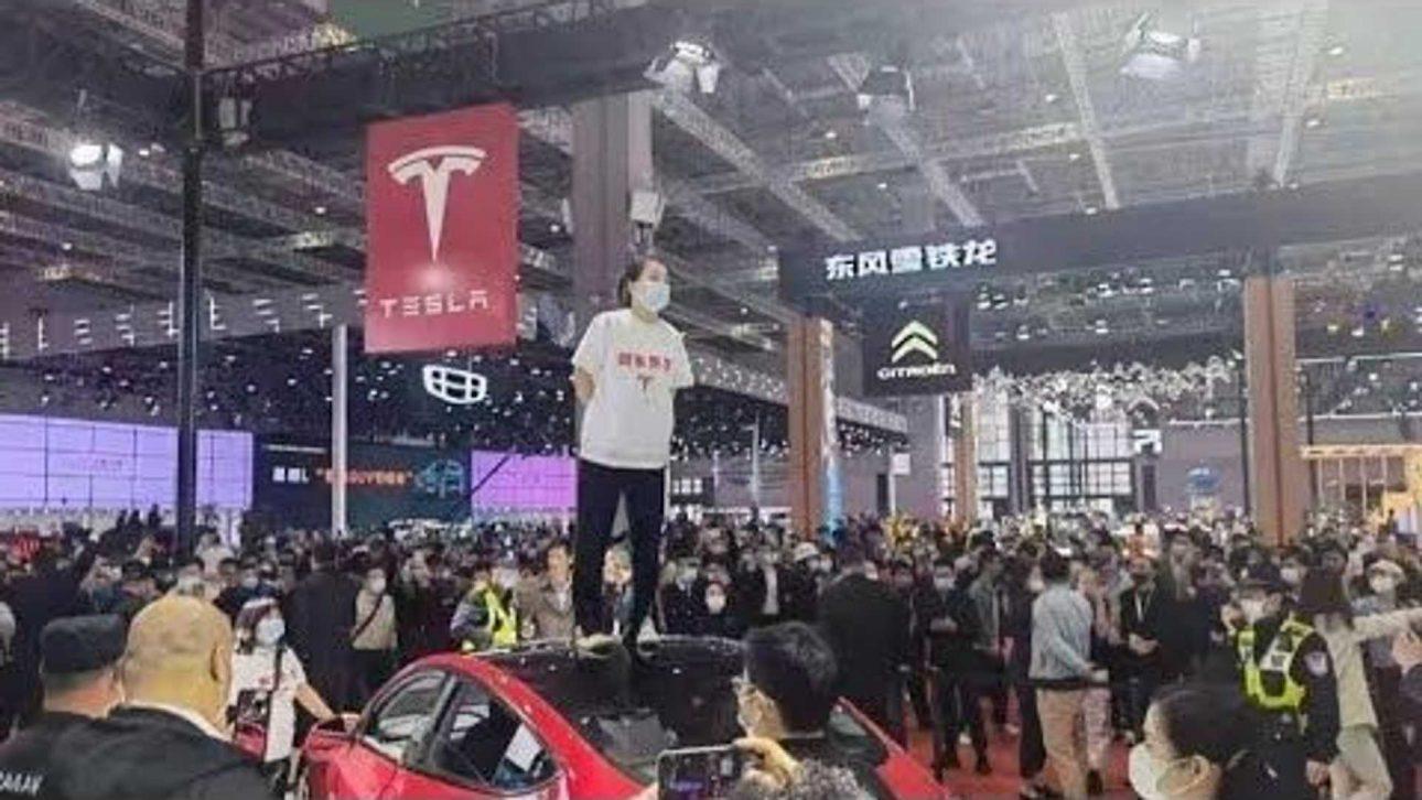 Một phụ nữ bị bắt vì nhảy lên la hét 'xe Tesla hỏng phanh' tại triển lãm Auto Thượng Hải 2021 - Tesla 3