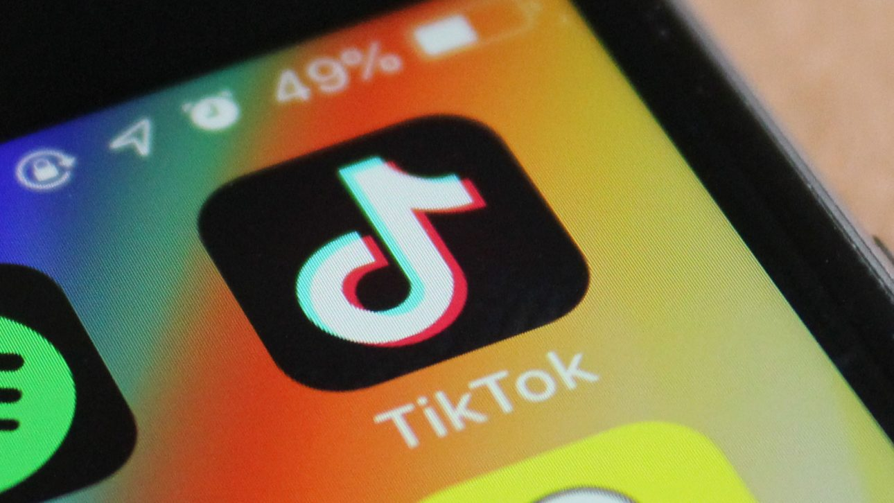 """TikTok cấm trẻ """"dưới 13 tuổi"""" sử dụng sau khi cô bé 10 tuổi người Ý dùng thắt lưng siết cổ vì đu trend - TikTok 1 1"""