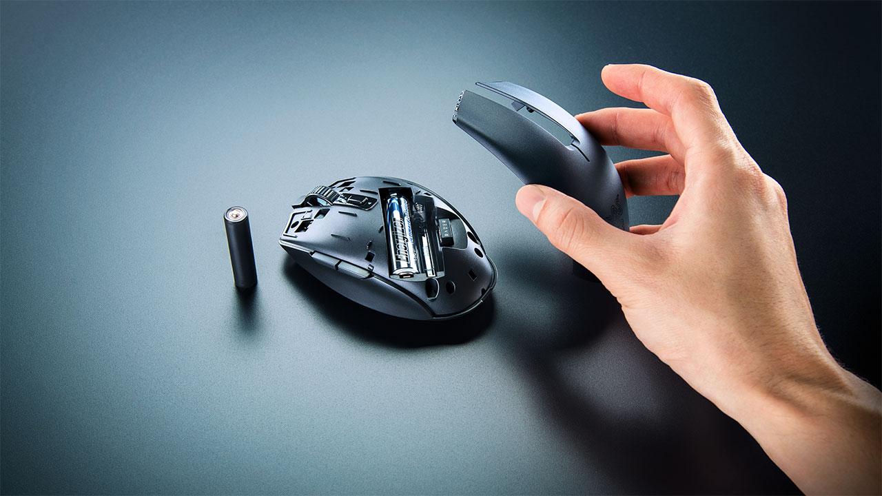 Razer Orochi V2 có thể tùy biến ngoại hình theo sở thích - Works with AA or AAA batteries