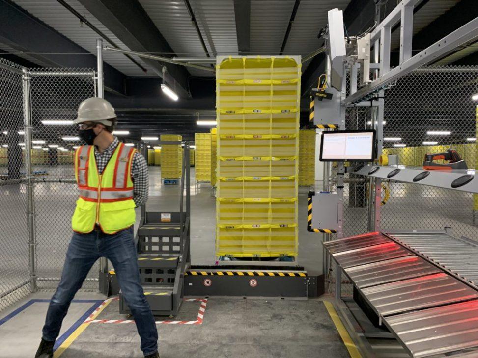 Bị chỉ trích tỷ lệ nhân viên kho hàng gặp tai nạn cao, Amazon ứng dụng robot để thay thế - Amazon 2