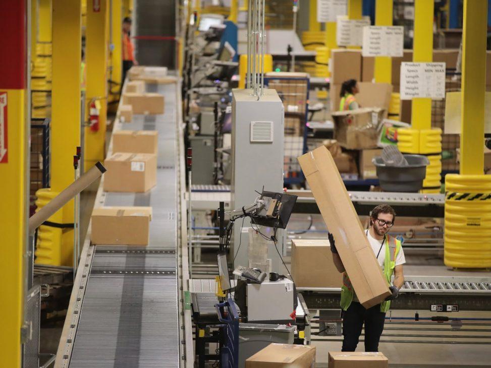 Bị chỉ trích tỷ lệ nhân viên kho hàng gặp tai nạn cao, Amazon ứng dụng robot để thay thế - Amazon