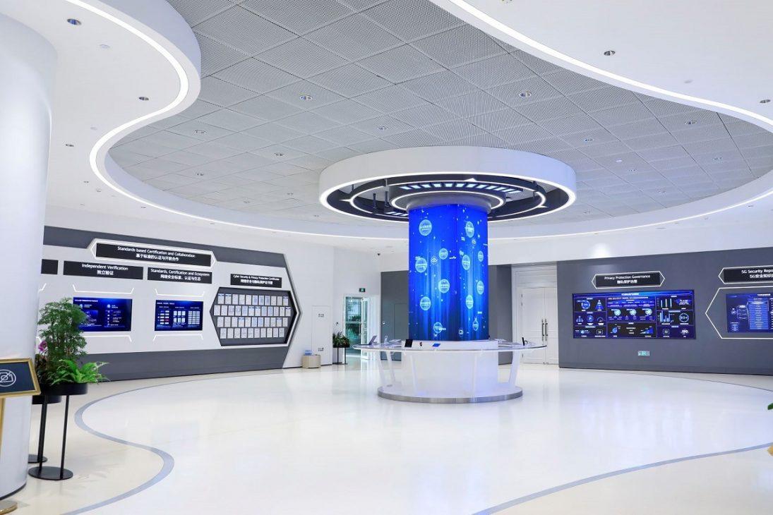 Huawei khai trương Trung tâm Minh bạch Bảo vệ quyền riêng tư và An ninh mạng toàn cầu - Ben trongTrung tam Minh bach Bao ve quyen rieng tu va An ninh mang toan cau tai Dong Hoan Trung Quoc.