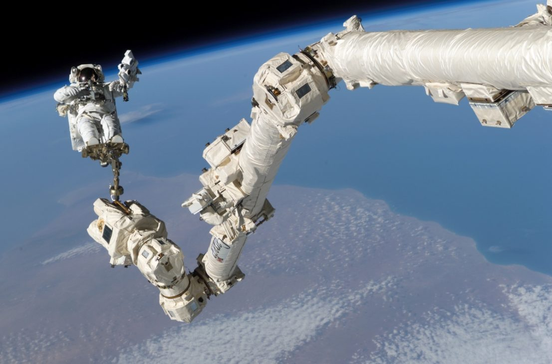 Robot Canadam2 trên Trạm Vũ trụ Quốc tế bị thủng một lỗ sau cú va chạm với mảnh vỡ không gian - nasa 1