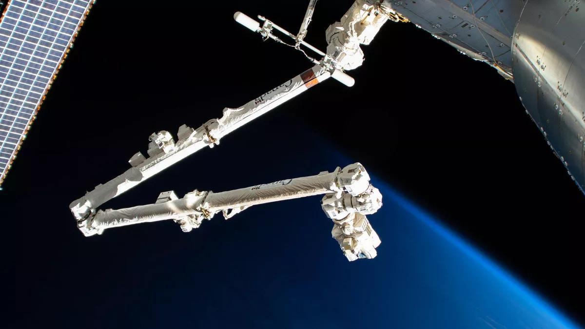 Robot Canadam2 trên Trạm Vũ trụ Quốc tế bị thủng một lỗ sau cú va chạm với mảnh vỡ không gian - nasa 2